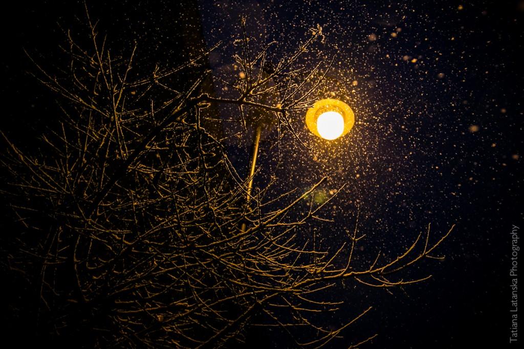 Фонарь и падающий снег